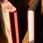 étui à bords ronds bordés de cuir et recouvert de papier marbré